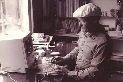 Aurélien Dupuis au travail a l'ordinateur.