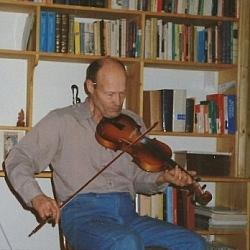 Aurélien Dupuis jouant le violon.