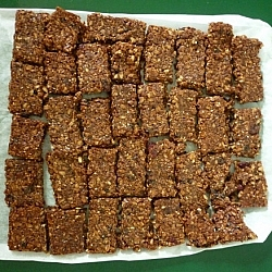 A healthy waste-free lunch idea for everyone: homemade organic granola bars!