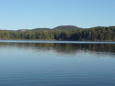 Scene of a peaceful lake along the La Cloche Silhouette Trail in Killarney Provincial Park.